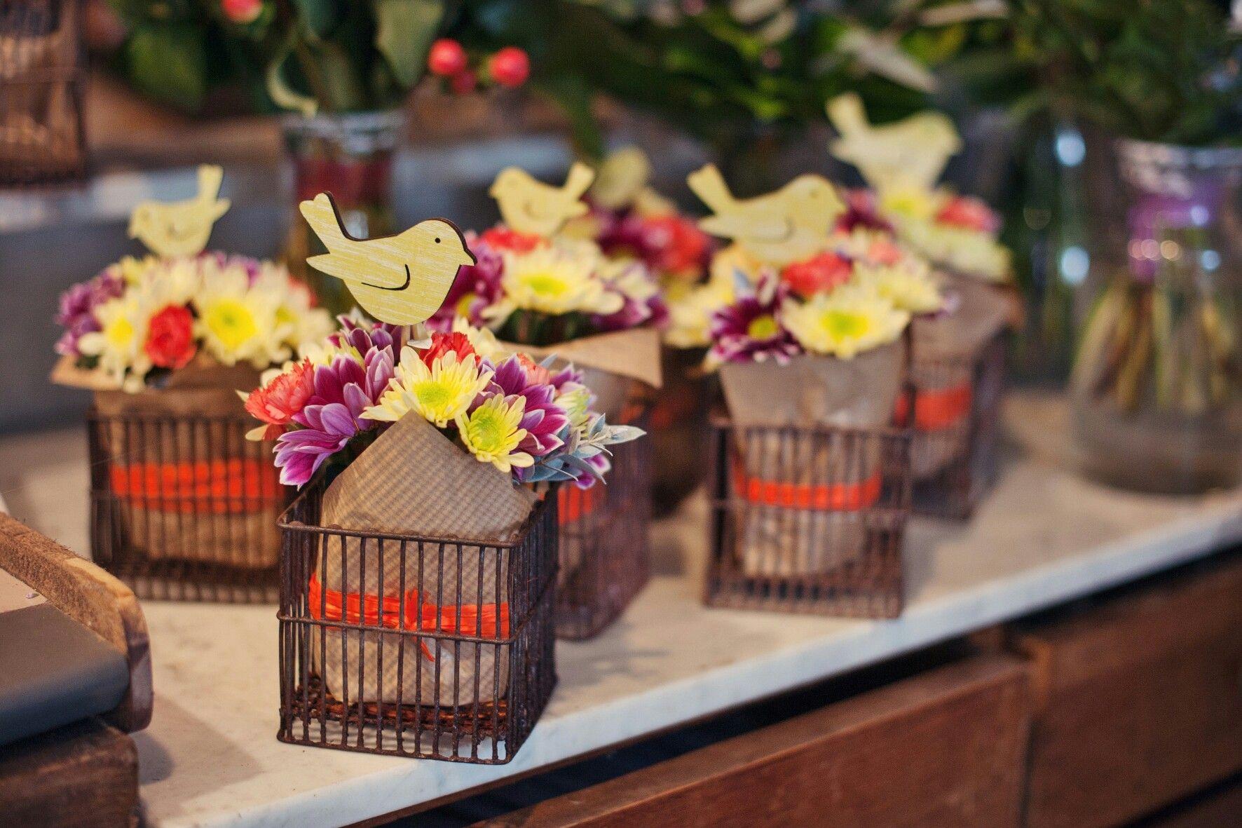 Zakonczenie Roku Szkolnego Nie Masz Pomyslu Na Co Sie Zdecydowac Zobacz Nasze Pomysly Na Kwiaty Z Okazji Table Decorations Decor Novelty Lamp