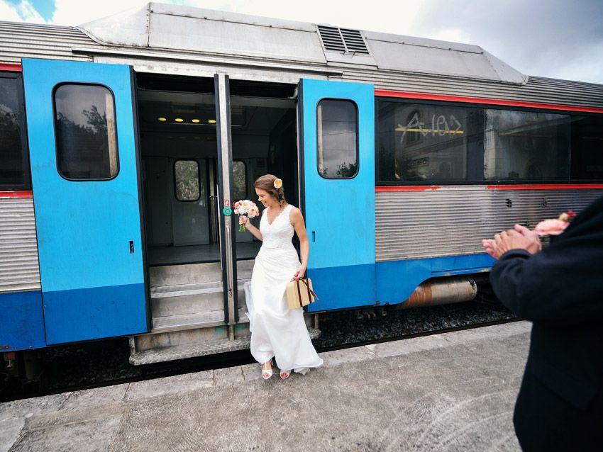 Casamento moderno em Óbidos com viagem de comboio a chegada da noiva à estação | Wedding Photography in Óbidos Portugal and Caldas da Rainha Train Station