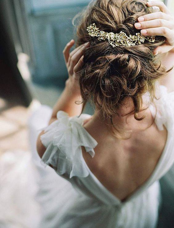 Chignon flou de mariage bohème (avec images)   Robe de mariée en mousseline, Coiffure mariage ...