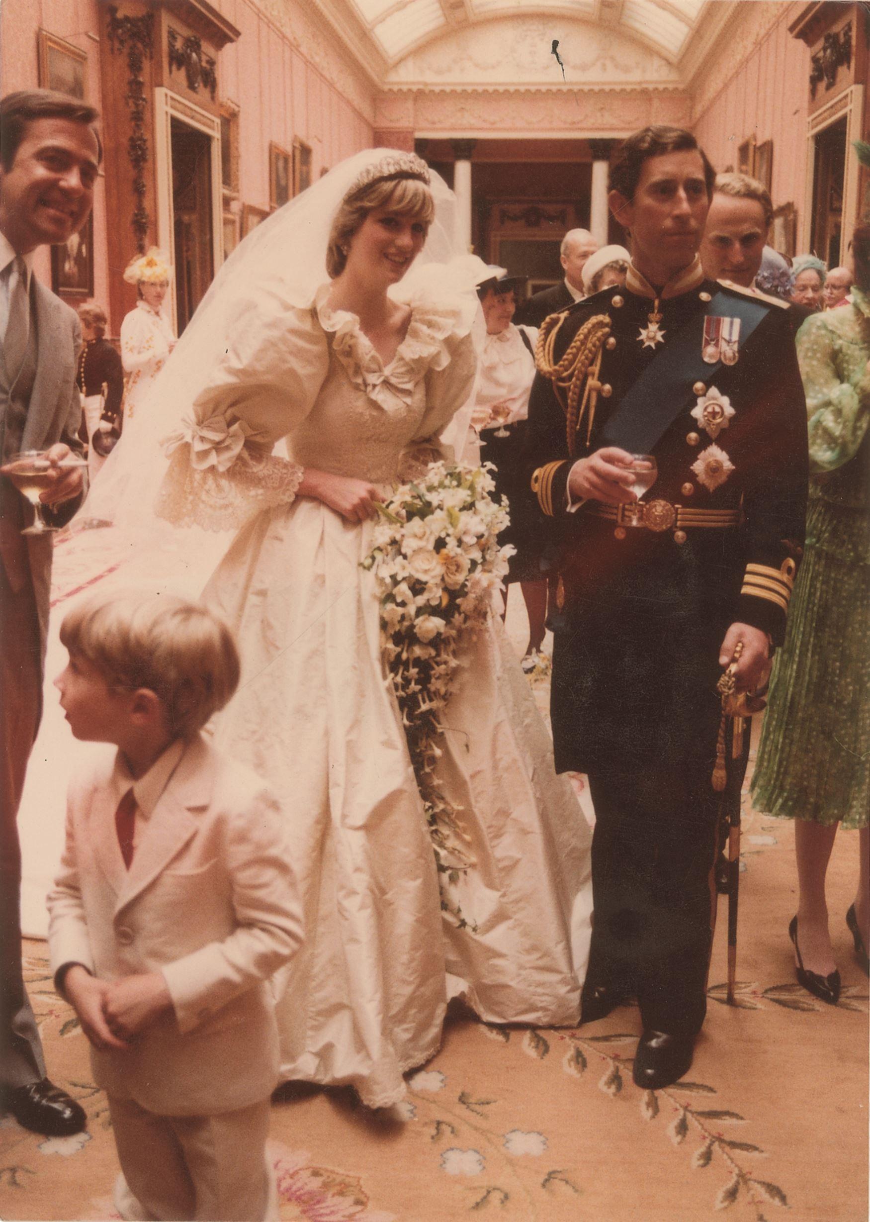 Imagens raras do casamento de Charles e Diana vão a leilão  realeza
