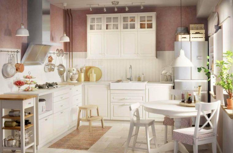 cucina bianca molto luminosa, tavolo da pranzo rotondo e frigo ...