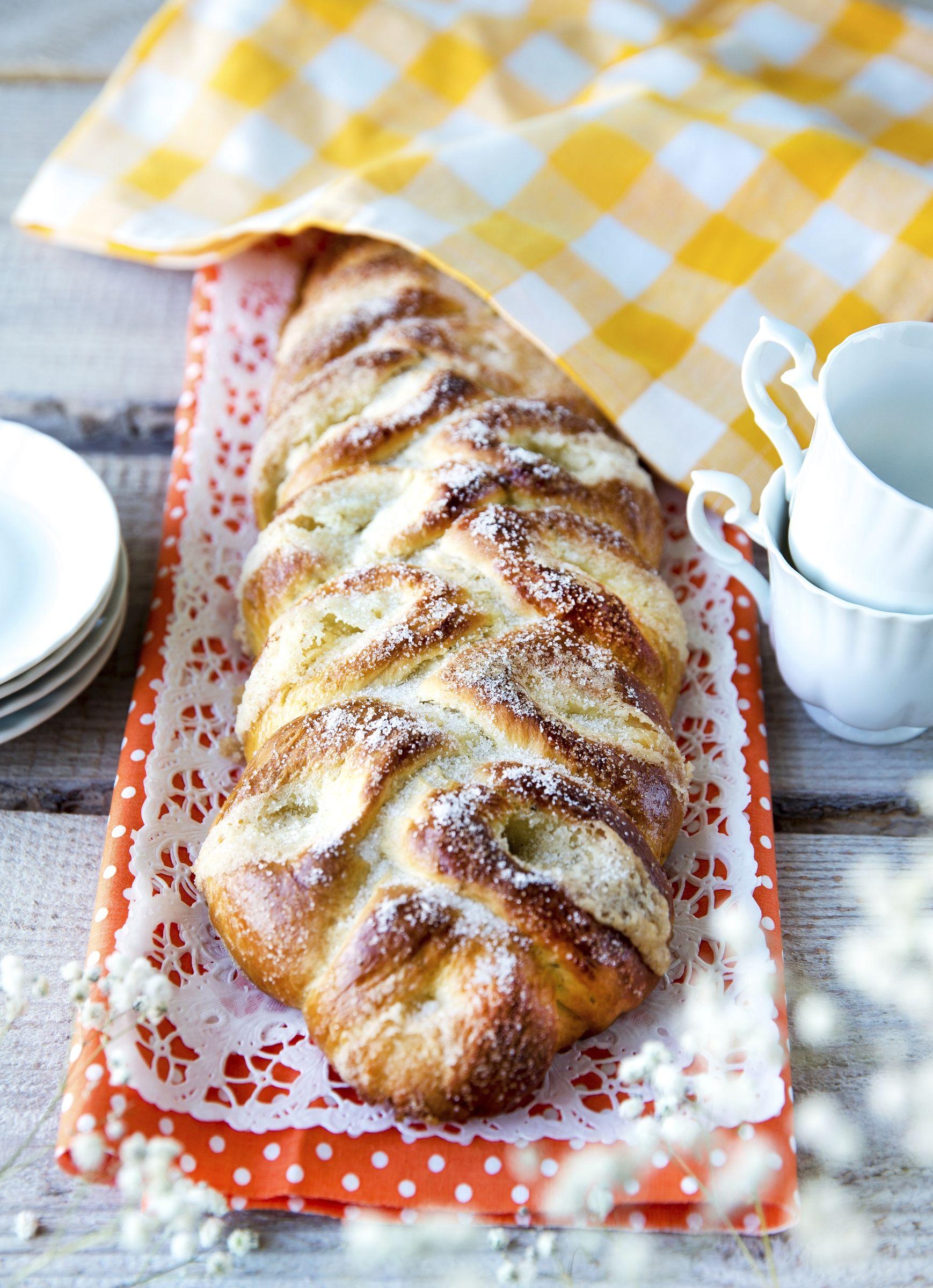 Kun perinteinen pullapitko ja voisilmäpulla yhdistetään, syntyy herkullinen voisilmäpitko. Katso Kinuskikissa helppo resepti ja innostu leipomaan!