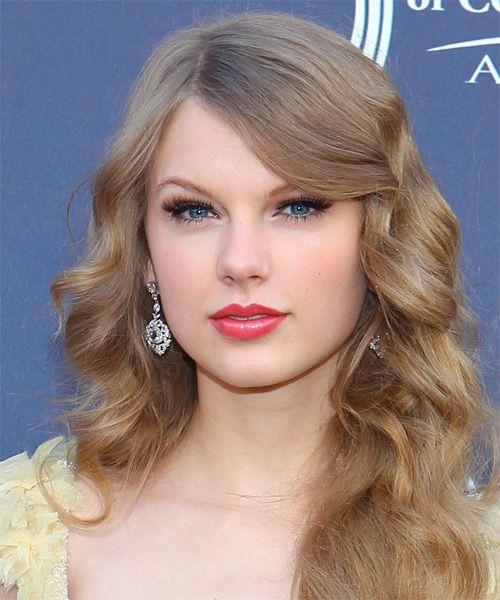 Taylor Swift Long Wavy Dark Blonde Hairstyle With Side Swept Bangs Taylor Swift Hair Hairstyle Formal Hairstyles