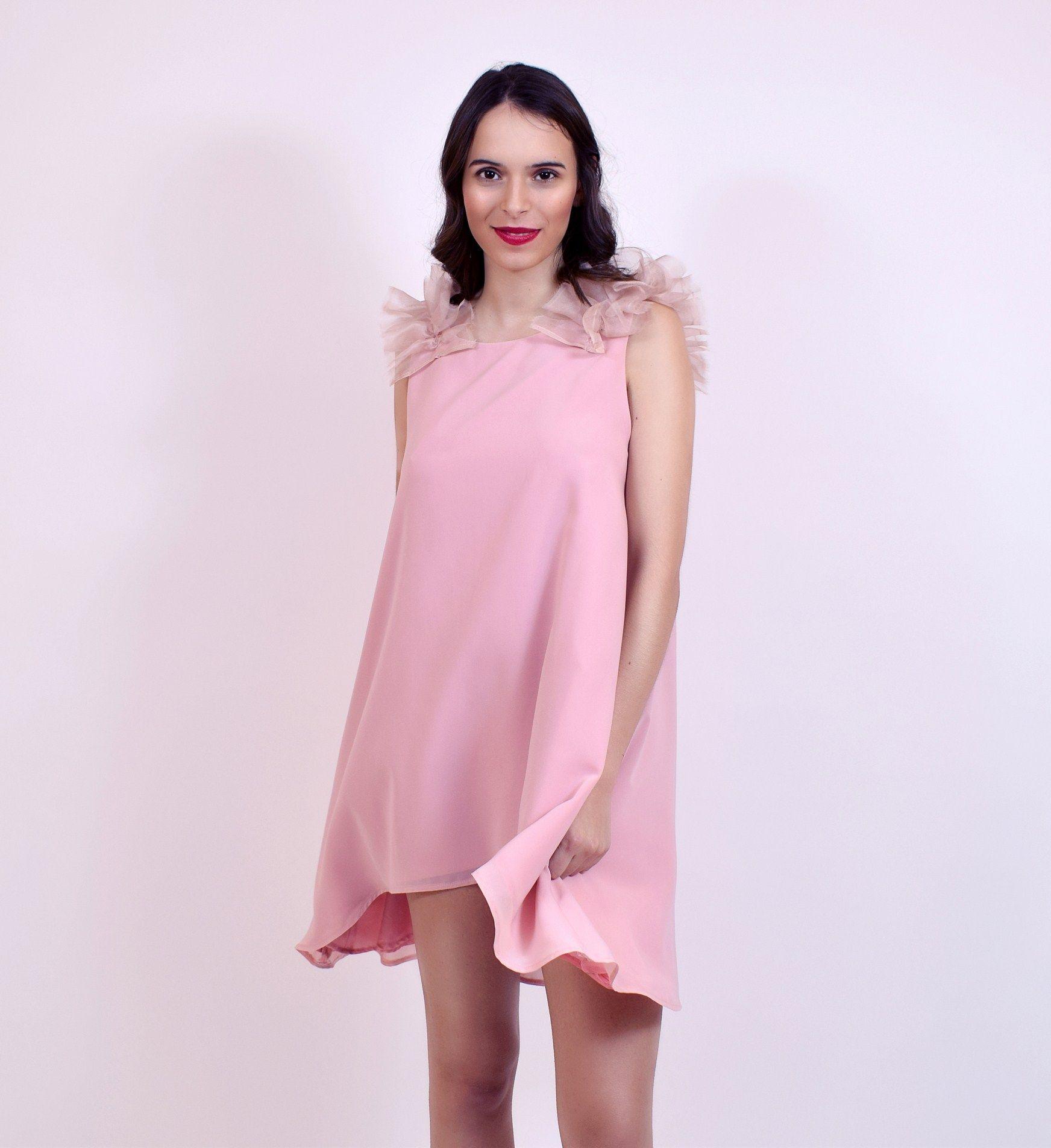 Vestido corto rosa empolvado con volantes de seda en los hombros ...