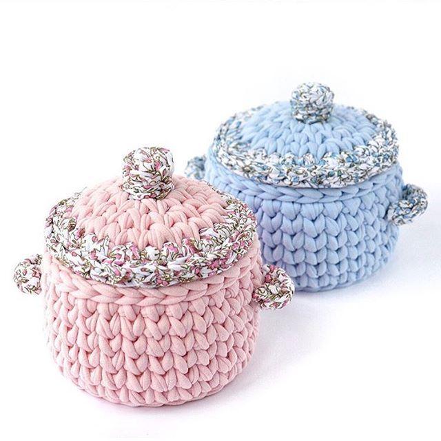 Bom dia flores do dia!!! Uma semana cheia de bênçãos, muito amor, muito trabalho, muita saúde!🥰 . . . 👉🏾By @korzina_sima . . . .  #inspiration #inspiração #cestatrapillo #cestotrapillo #cestofiodemalha #fiosdemalha #trapillo #yarn #crocheteiras #crochet #crocheting #crochetlove #crochetingaddict #croche #yarnlove #yarn #knitting #knit #penyeip #feitoamao #handmade #croche #croché #crochê #croshet #penyeip #вязаниекрючком #uncinetto #かぎ針編み #instagramcrochet #totora