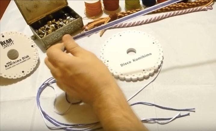 Aprende a realizar pulseras a partir del disco Kumihimo siguiendo los pasos de este tutorial.