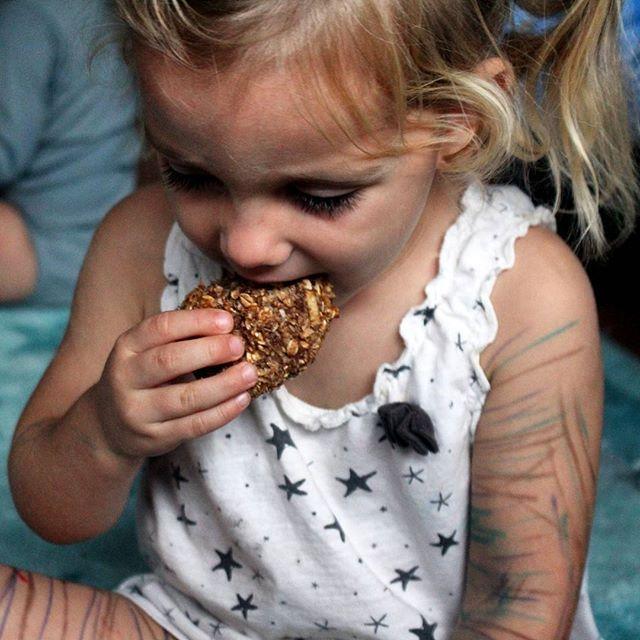 ¿Galletas para desayunar? Sí! Porque son avena en otro formato ✌ : avena hecha harina gruesa en la batidora : 2 plátanos maduros chafados : 1 manzana rallada con el jugo exprimido : mucha canela : nuez moscada : chorrito sirope de agave  Mezclarlo todo y hornear 20 minutos a 170°C.  PD. Mirad como se ha dejado el cuerpo tras encontrar bolis de colores 😂💁 . .  Yummery - best recipes. Follow Us! #veganfoodporn
