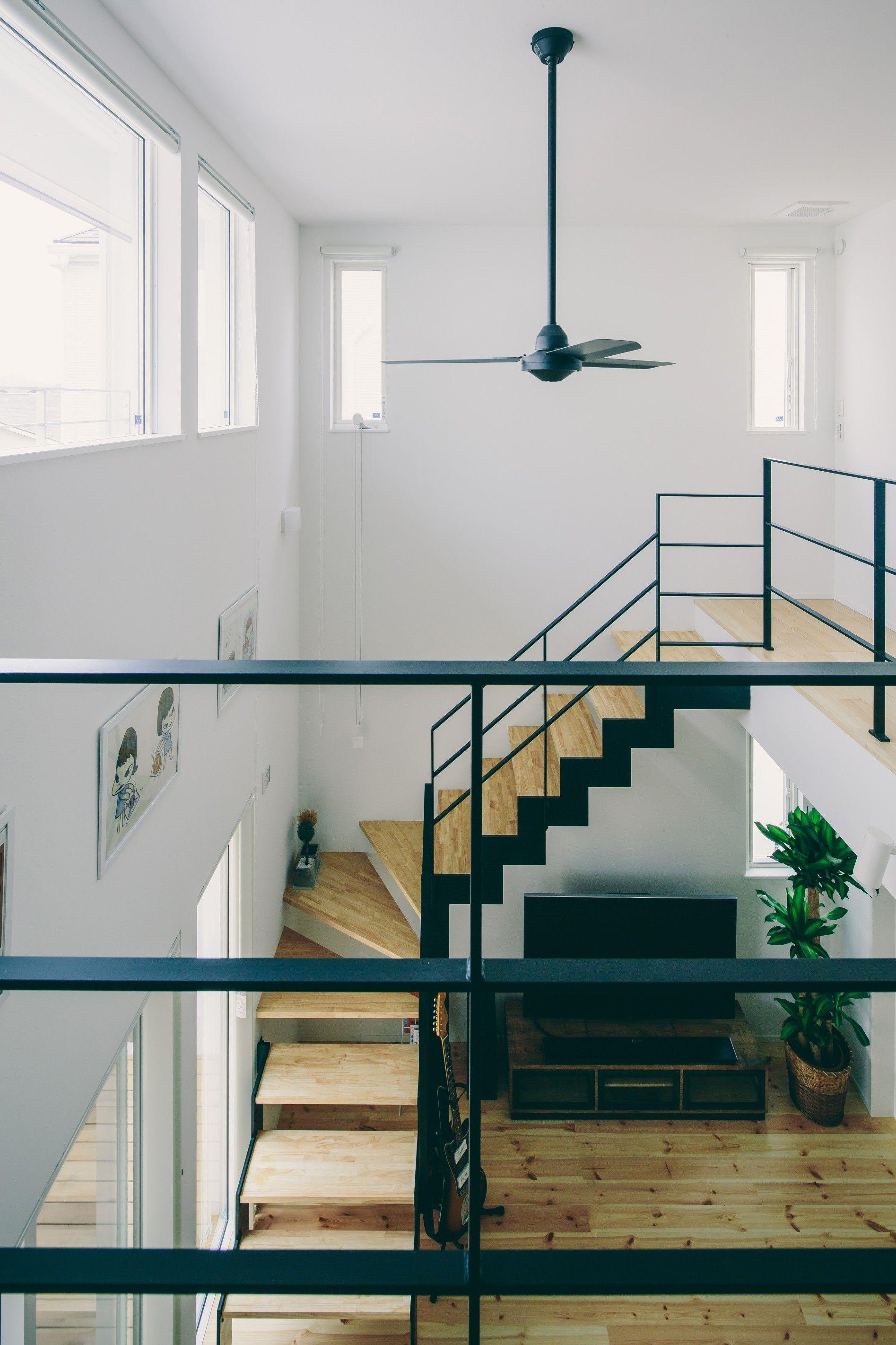 白とアイアン階段の対比が美しい吹き抜け ルポハウス 設計士とつくる