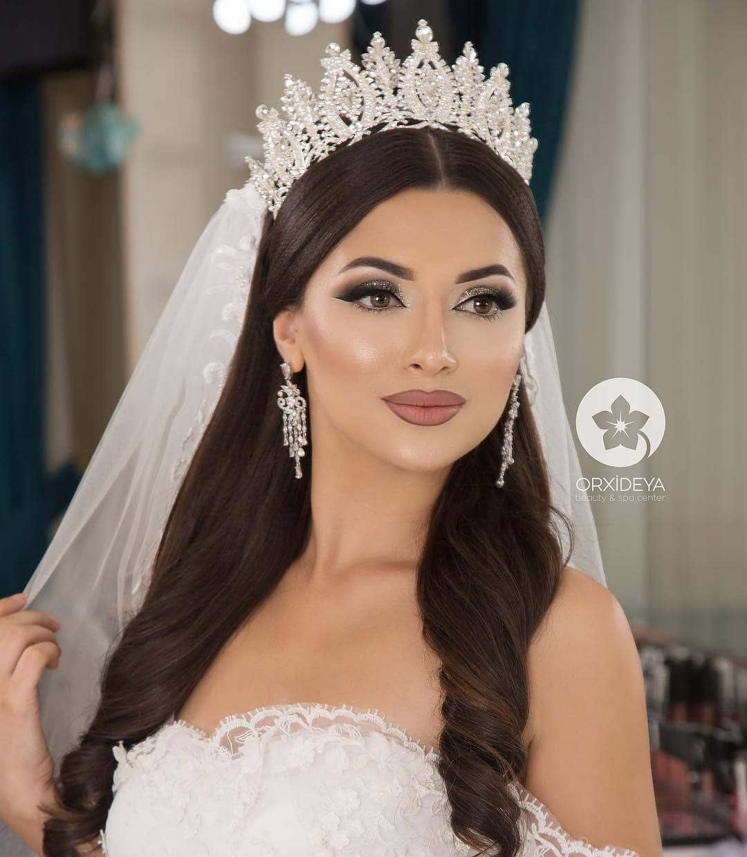 Beautiful Makeup Look For Wedding Verbena In 2020 Wedding Hairstyles With Crown Bridal Makeup Wedding Bride Hairstyles