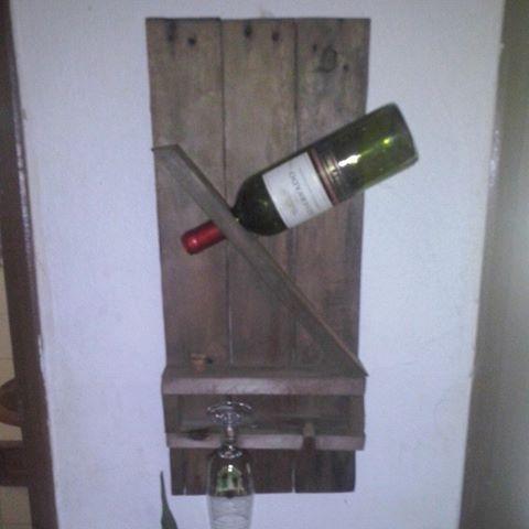 Porta taças e vinhos.