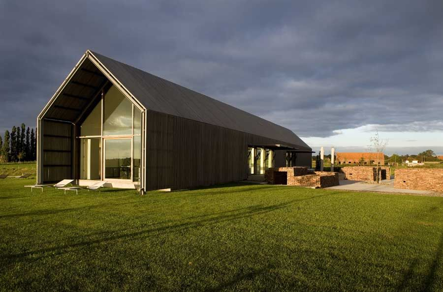 The barn house buro2140708 krisvandamme 900 594 for Modern pole barn homes