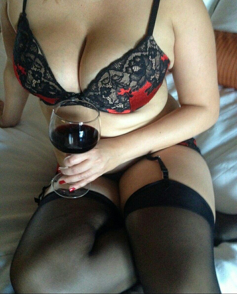 c3b2dd963fab Gorgeous Body, Beautiful Curves, Classy Women, Curvy, Drinks, Bra, Lady