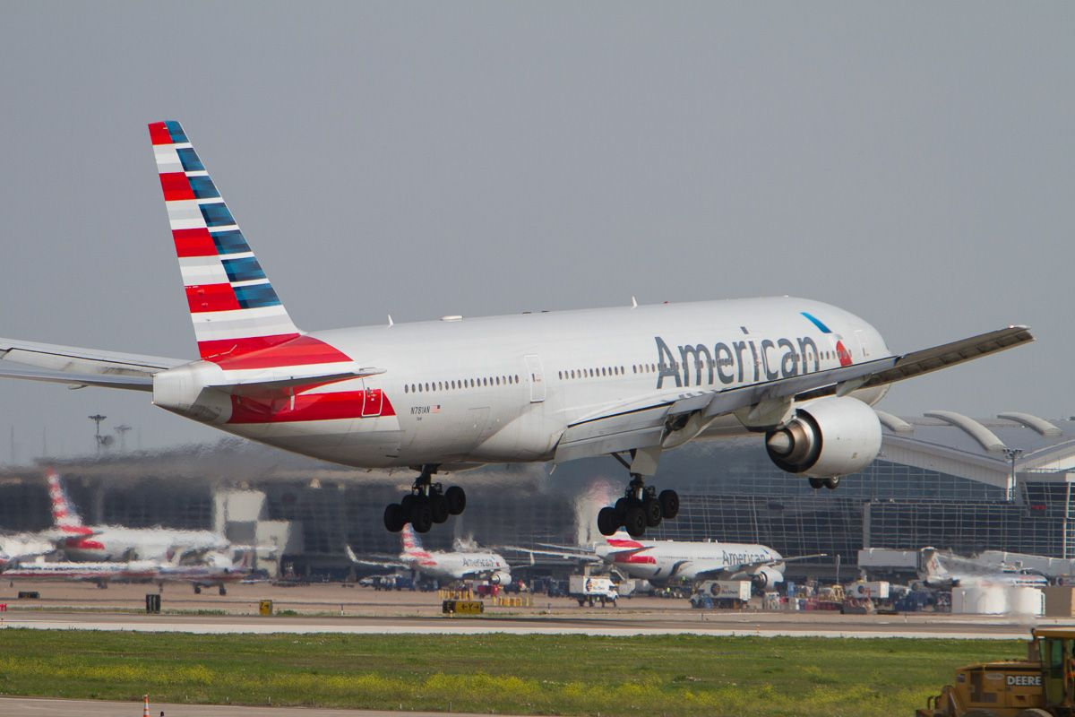 American Airlines Boeing 777 200 Er N781an Touchdown At Dfw Airport Runway 18l American Airlines Boeing 777 Boeing