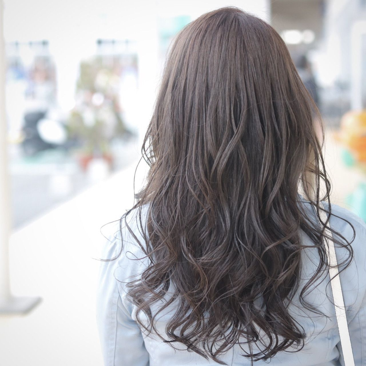 オフィスもok 暗めのアッシュブラウンで透明感のある髪色をゲット