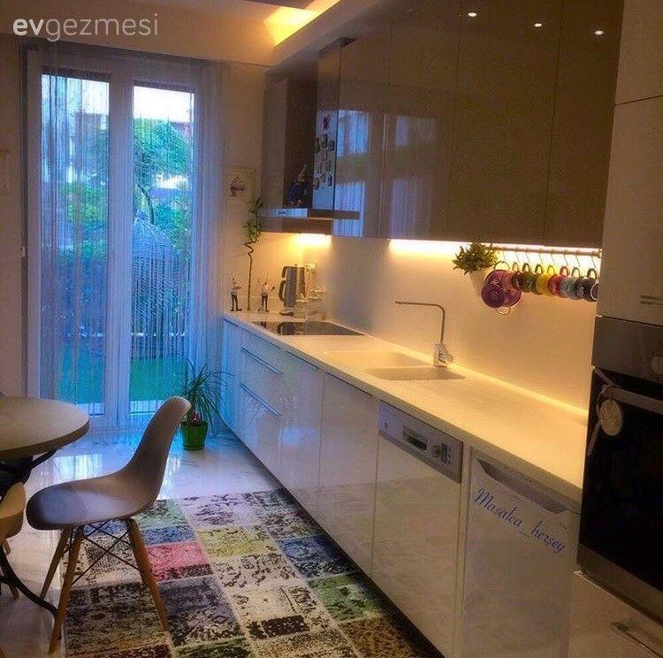 Patchwork bir halıyla renklenen, modern stil mutfak..