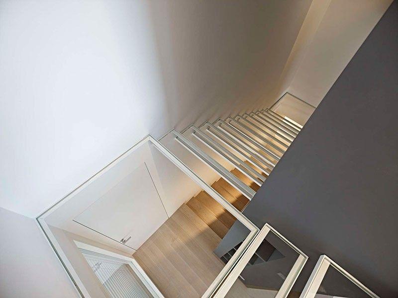 Estas escaleras hechas de cristal transparente permiten ver a través