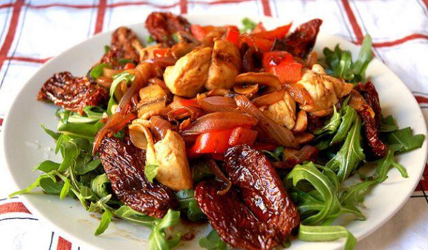Cucinare d'estate: insalata di pollo e melagrana, piatto freddo light