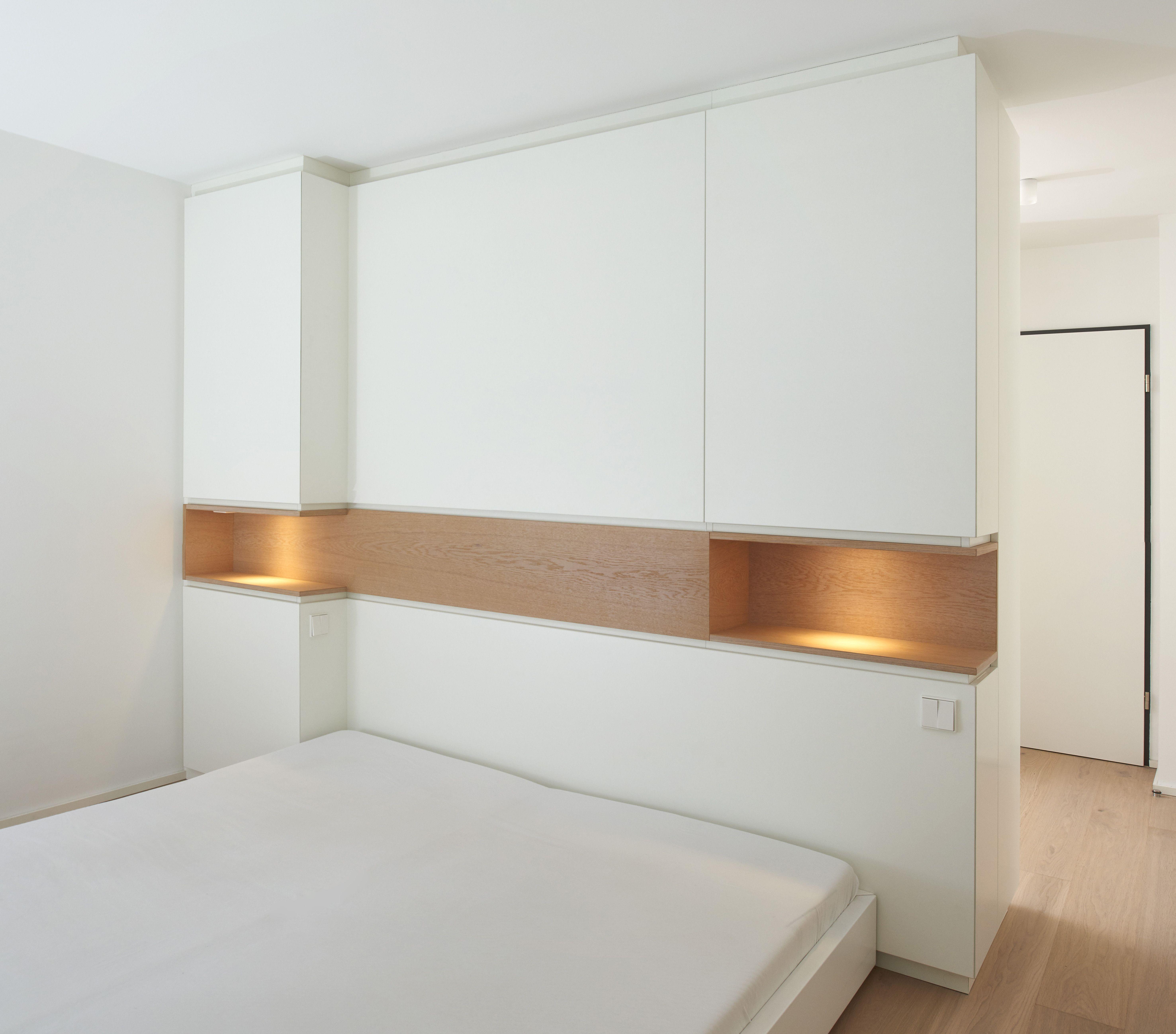 Der Raumteiler In Diesem Schlafzimmer Dient Als Kleiderschrank Und