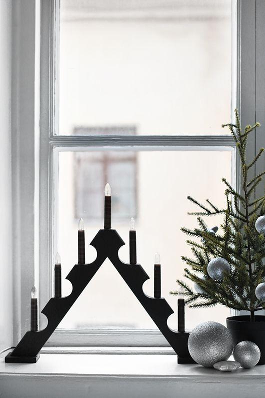 Adventsstake i vinduet.