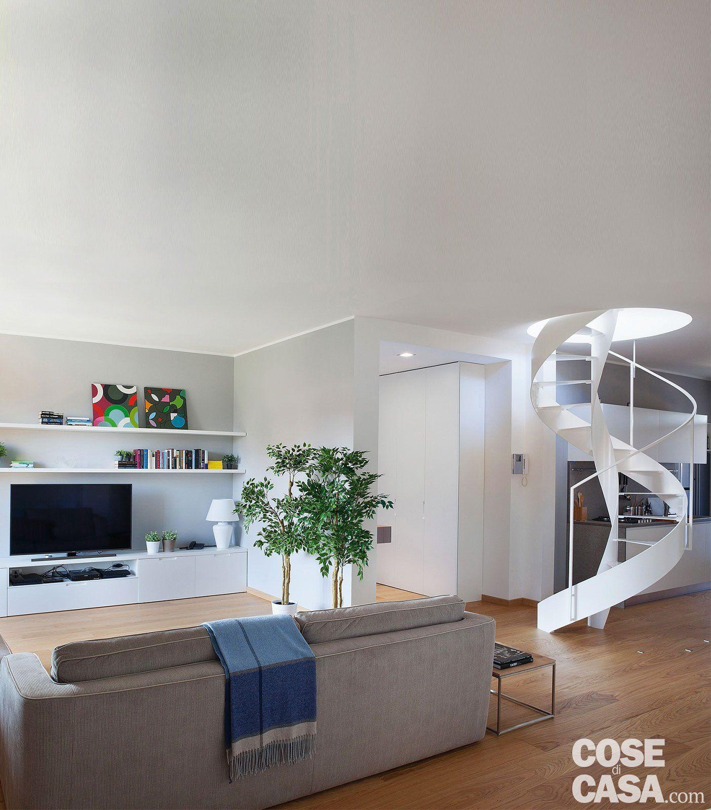 Cucina a vista sul soggiorno nel sottotetto con terrazzi a tasca nel ...