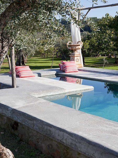 Las piscina de la casa tiene incorporadas unas tumbonas