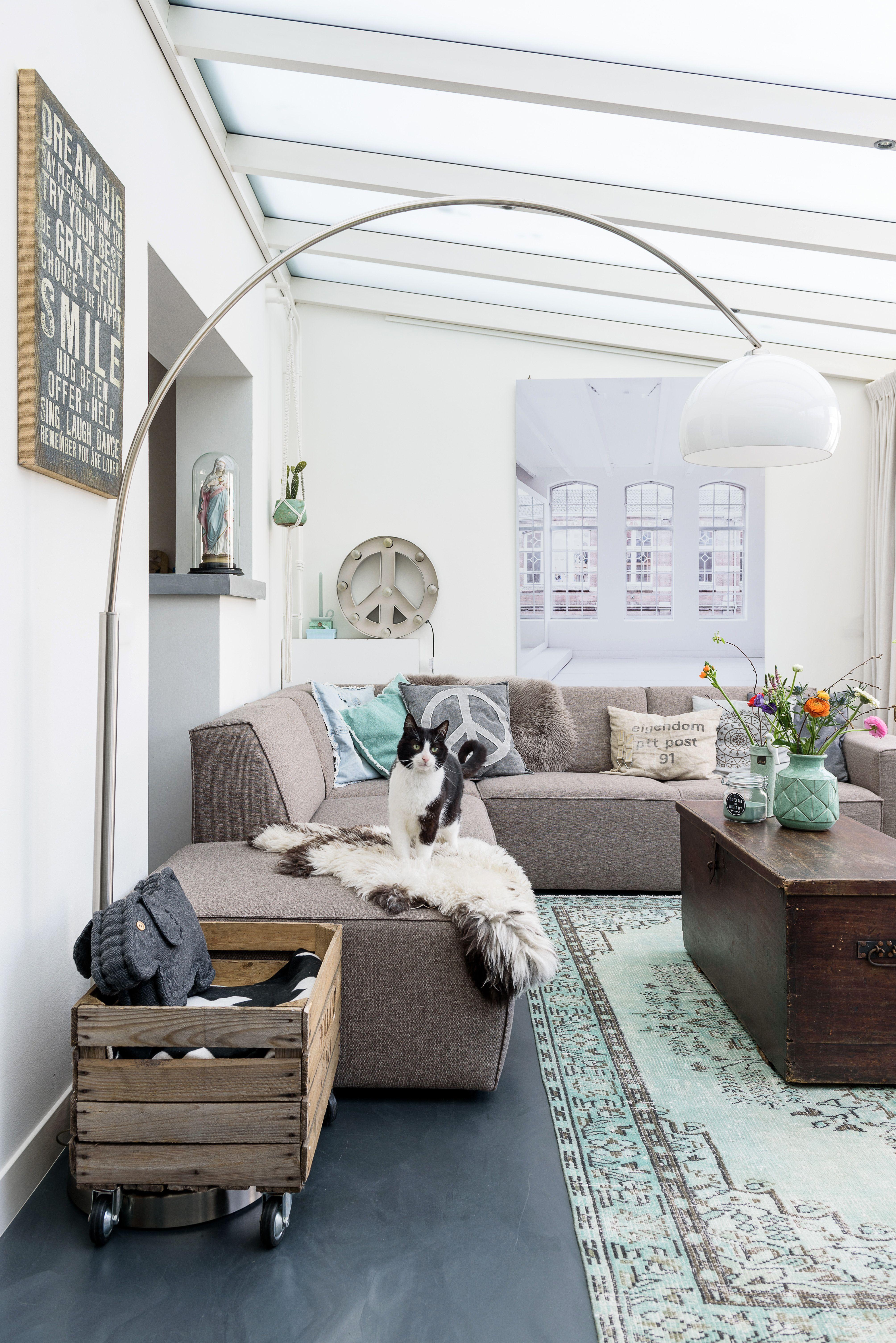 Green vintage rug used in this nice interior. Mooi groen vintage ...