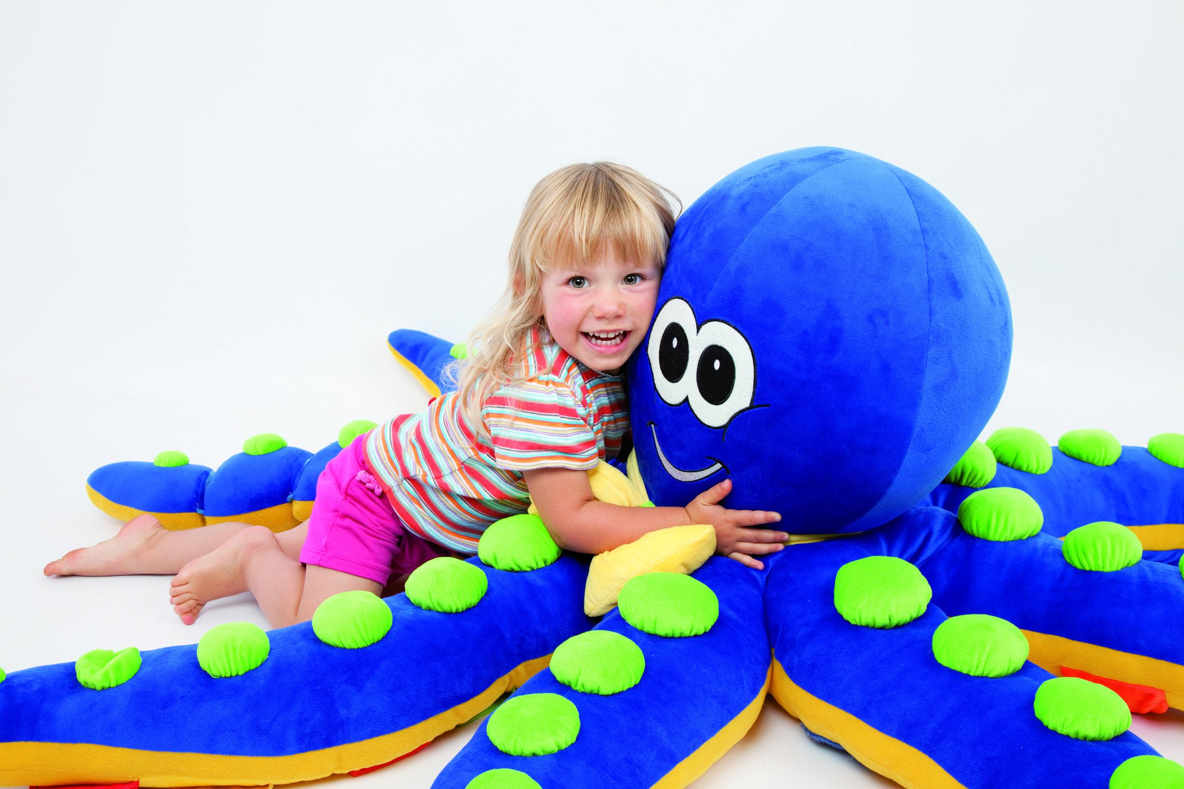 Octino  Ook de onderwaterwereld heeft een prachtige handpop in de vorm van Octino. Laat hem de kinderen meenemen in een prachtige onderwaterwereld.  Uiteraard kan Octino gewassen worden in een sopje. Heeft u ooit een octopus ontmoet die niet tegen water kon?  Afmetingen: Doorsnede van tentakel naar tentakel 1600 mm Hoogte 550 mm