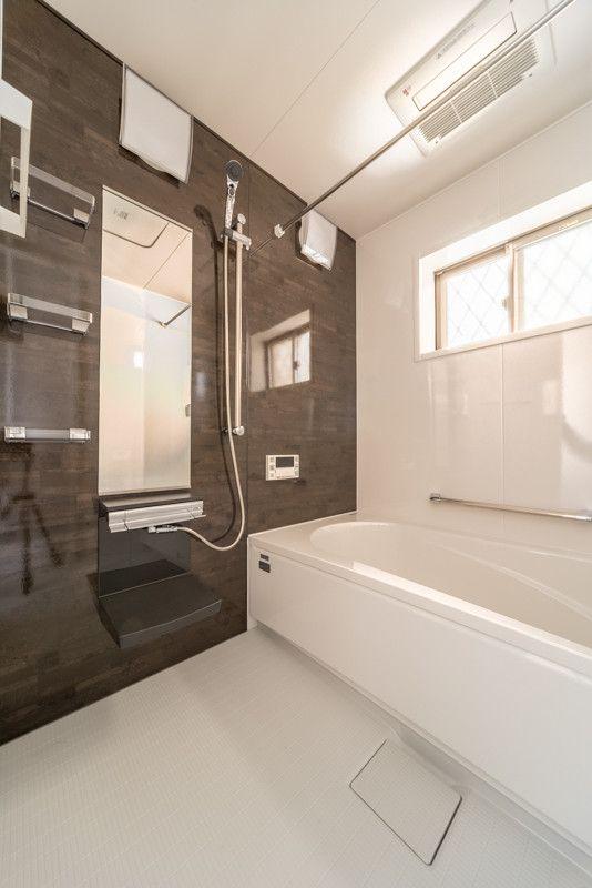 洗面収納に可動造作棚 クローゼット付き玄関の明り窓と換気には上げ下げ窓 リフォーム バスルーム ユニットバス 浴室 窓