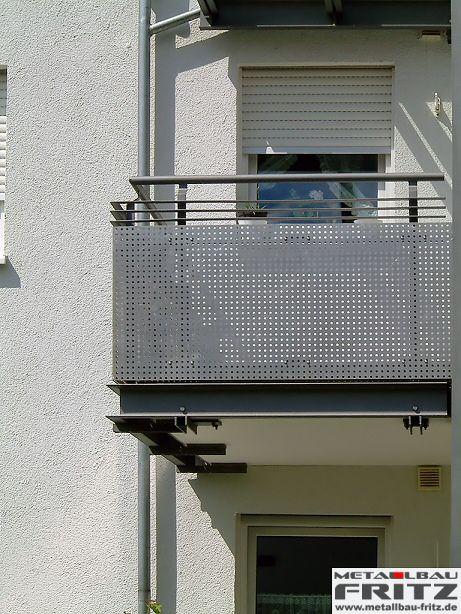 anbaubalkon mit einer berdachung und einem balkongel nder mit lochblech eins tzen. Black Bedroom Furniture Sets. Home Design Ideas
