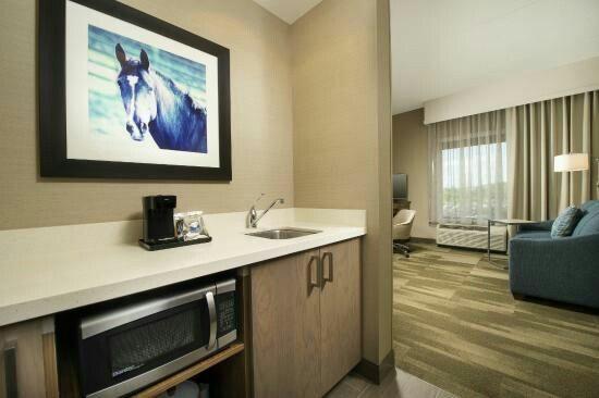 Hampton Inn And Suites Kitchenette White Quartz Countertop And Cabinet Quartz Countertops Countertops Hampton Inn