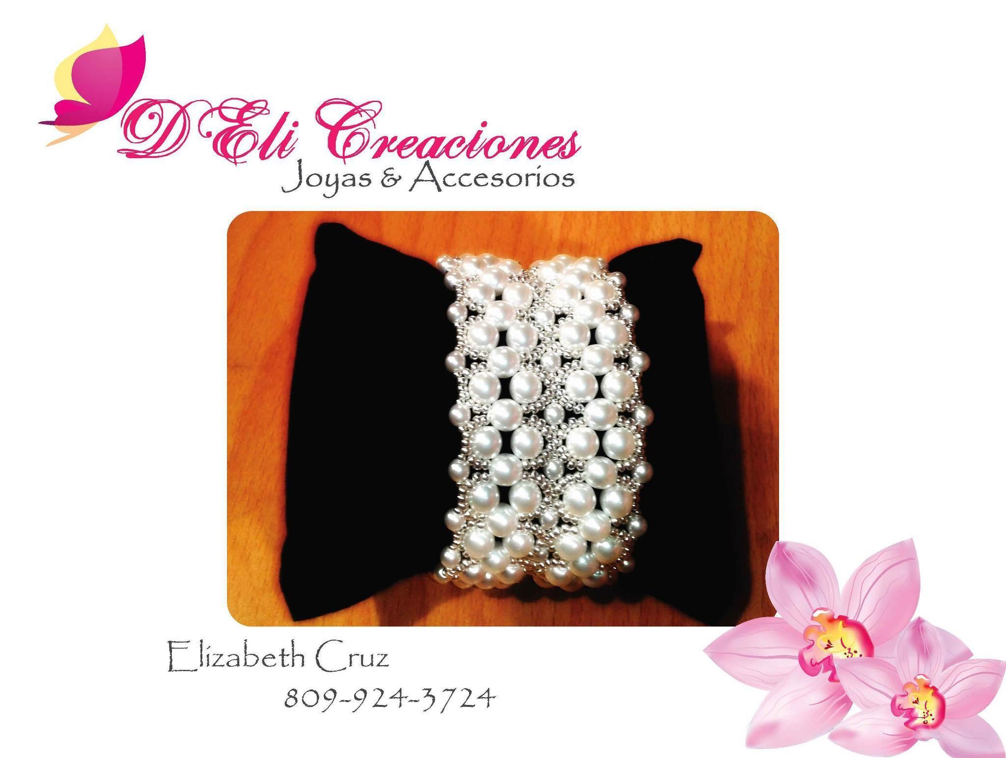 Pulsera blanca de cristales perlados y mostacillas plateadas.