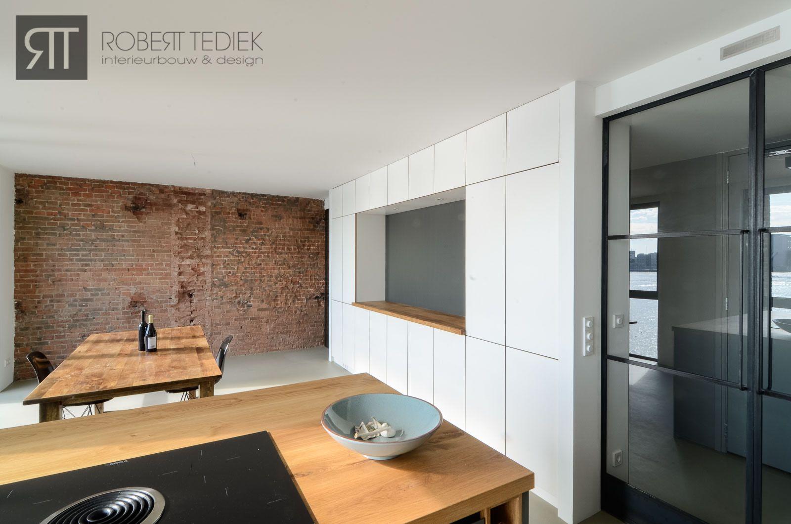 Stoere strakke keuken in gerenoveerd pakhuis
