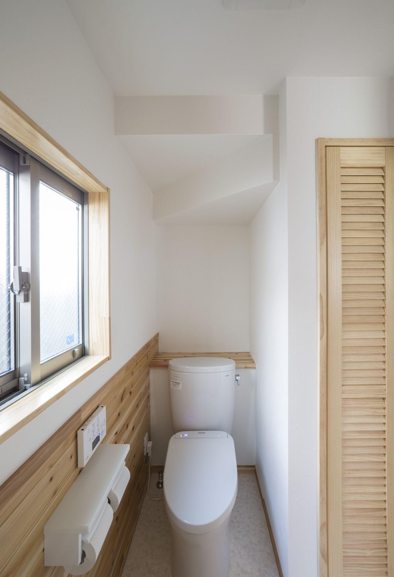 ミサワホームイングデザインリフォーム 長年憧れていたログハウス風の住まいをリノベーションで実現 トイレと洗面脱衣室を一体化することでコンパクトながら開放感を備えたサニタリーになりました トイレは階段下の少し奥まったところにあり 洗面とは腰壁で仕切る