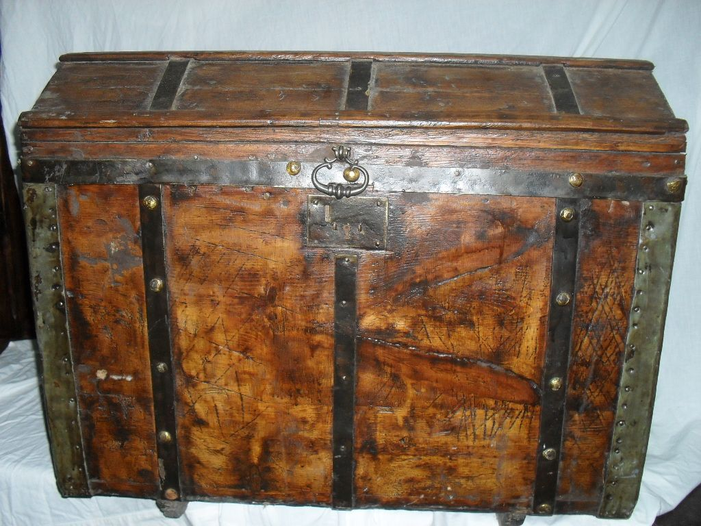 Antiguo baul cofre de madera baules pinterest cofre de madera cofre y ba l - Baules antiguos ...