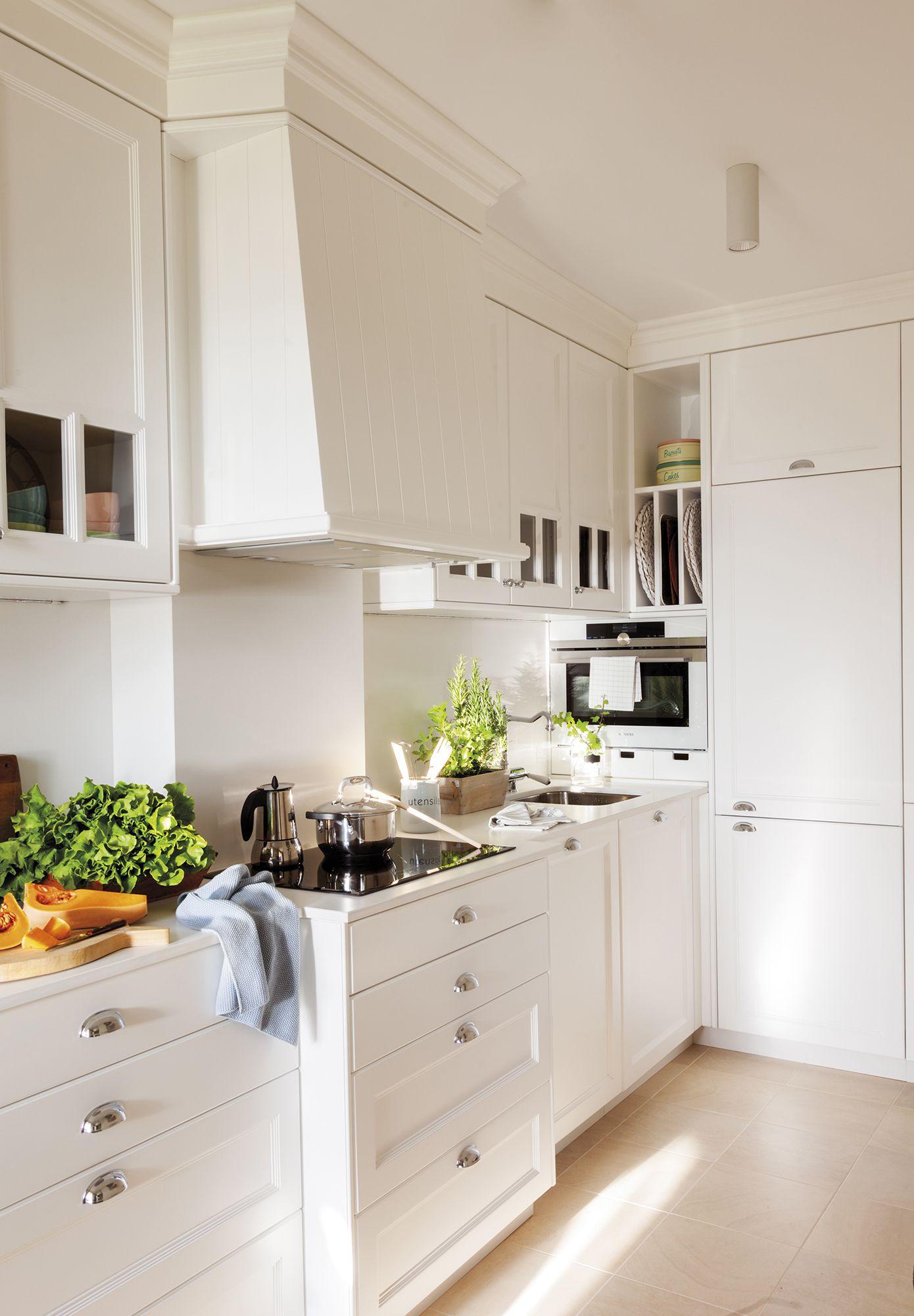 Cocina completamente blanca con armarios bajos y en las paredes_MG ...