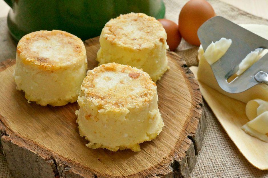 Klasik kahvaltı tariflerinden çok farklı, çok lezzetli. Karşınızda bu zamana kadar hiç denemediğiniz peynirli irmikli puf tarifi.
