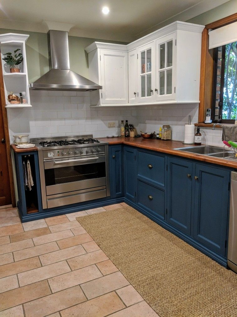 Timber Country Kitchen Updated With Chalk Paint On Cabinets Base Cabinets Aubusson Blu Painting Kitchen Cabinets Chalk Paint Kitchen Cabinets Kitchen Cabinets