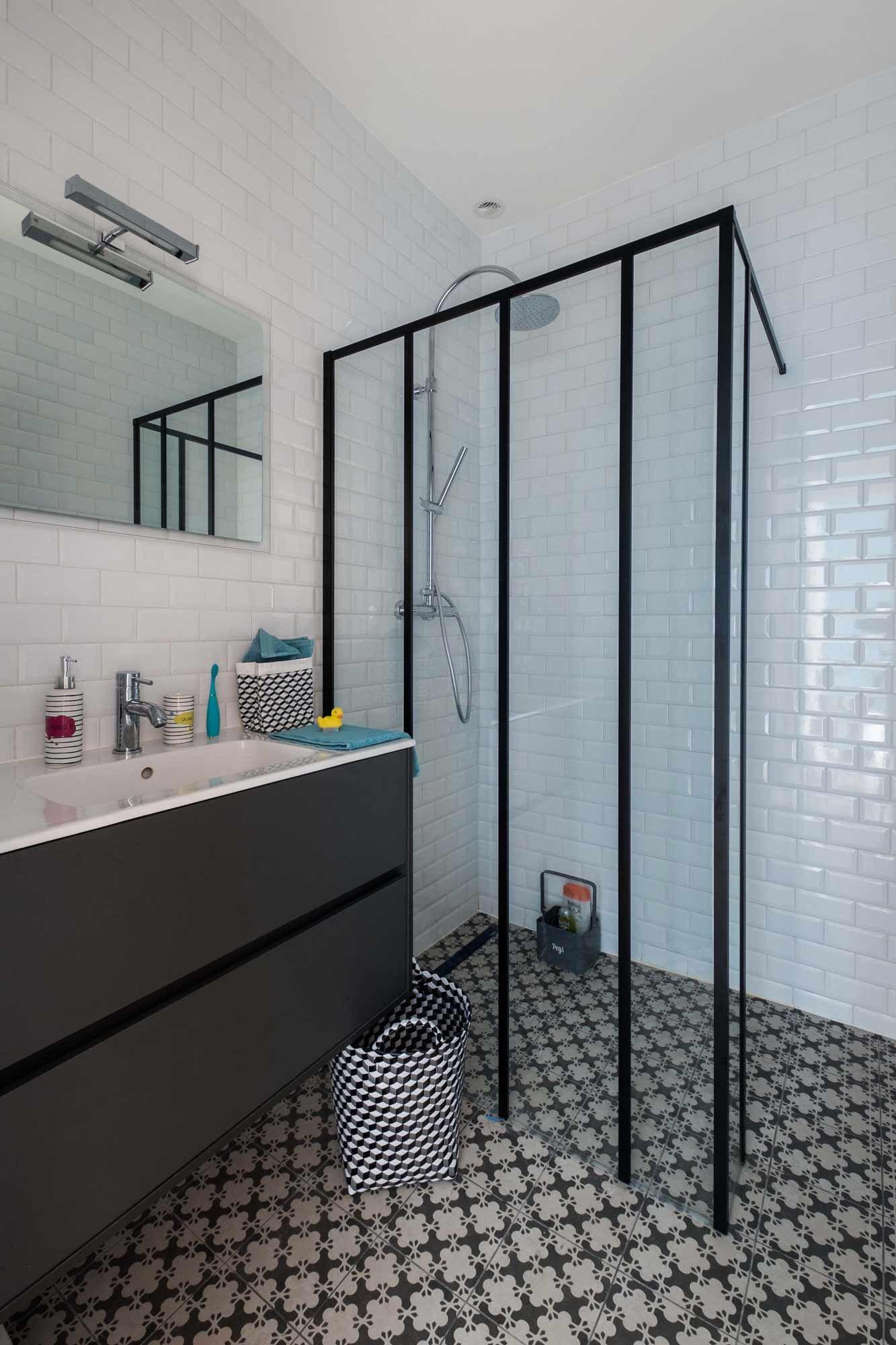conception d 39 une salle de bain au carrelage motif et paroi de douche type verri re dans. Black Bedroom Furniture Sets. Home Design Ideas