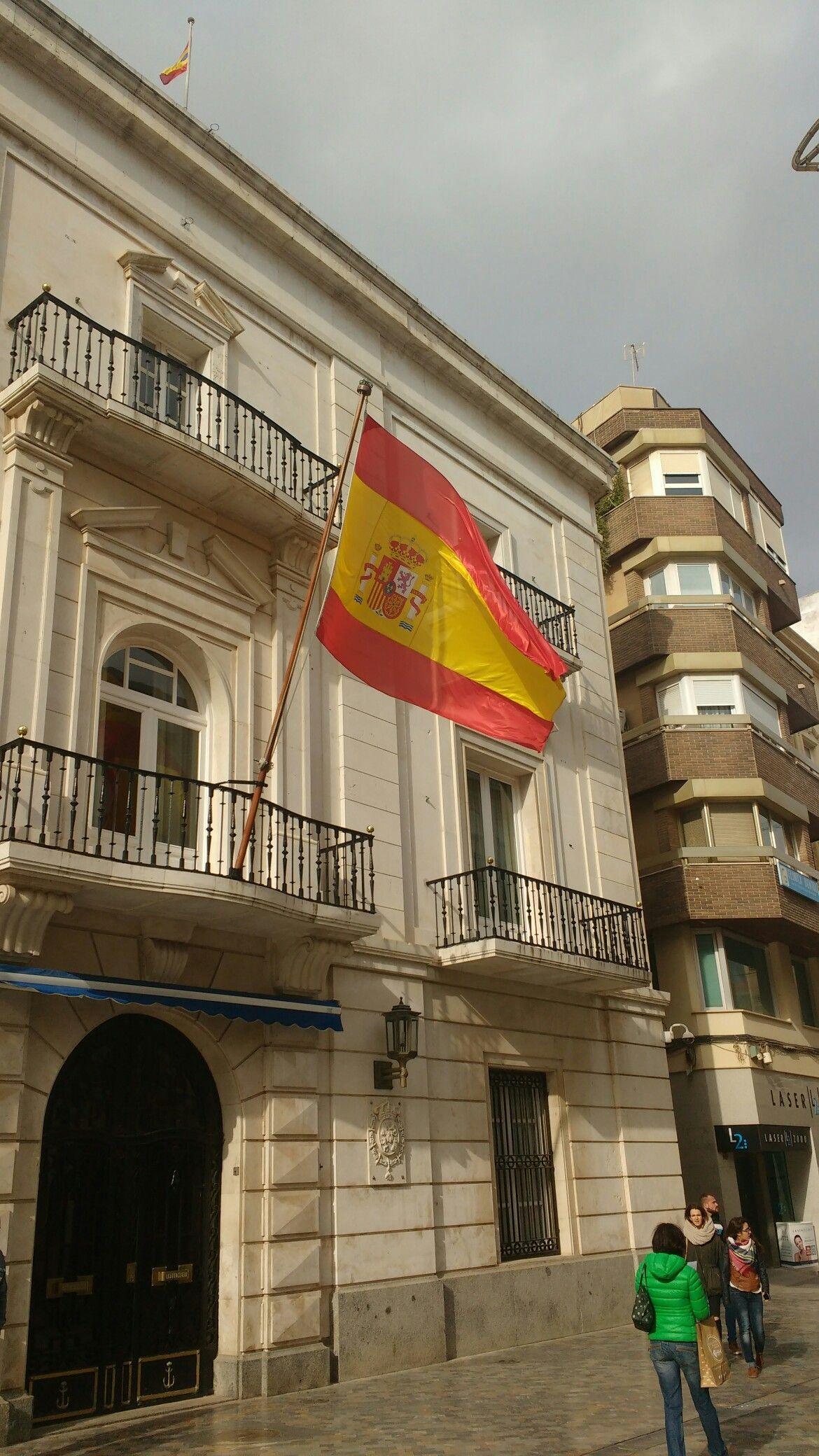 Esta foto sirviria para enseñar el patrimonio historico de la ciudad de Cartagena y su tradición militar.