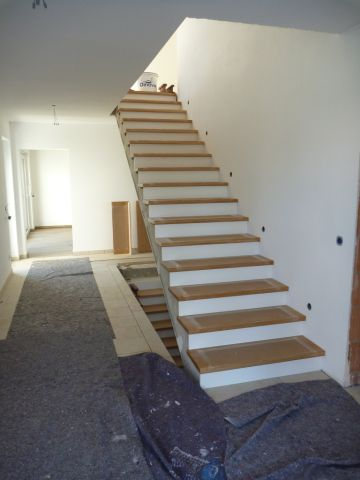 heute wurden die stufen unserer treppe montiert wir haben uns f r wei lackierte setzstufen. Black Bedroom Furniture Sets. Home Design Ideas