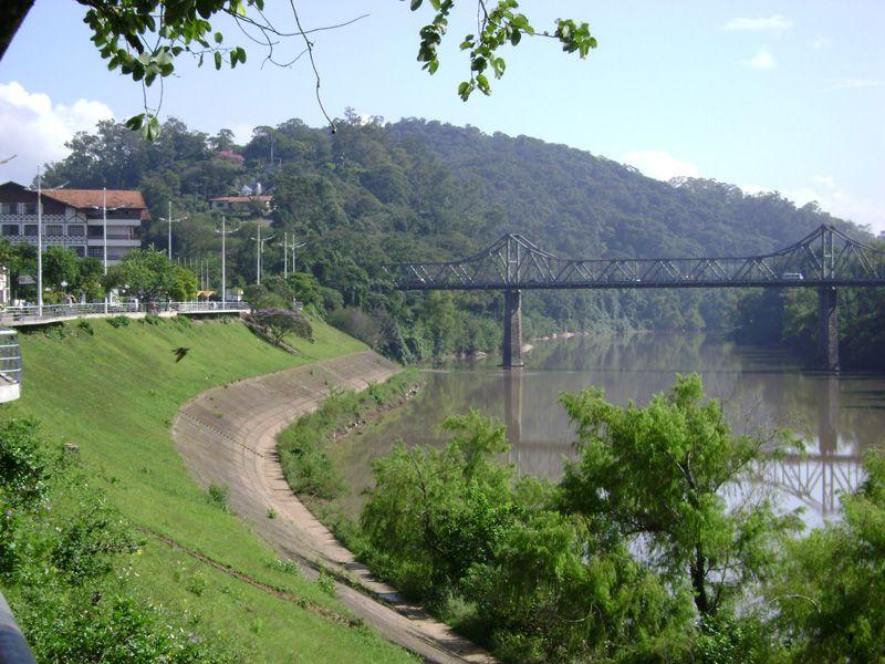 A cidade de Blumenau, às margens do Rio Itajaí-Açu, Santa Catarina.