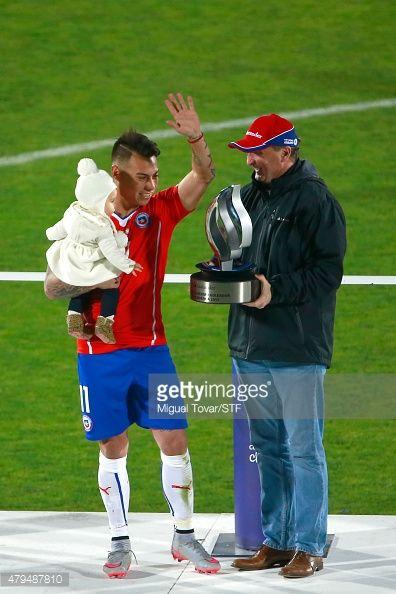 Vargas coge trofeo con su bebé