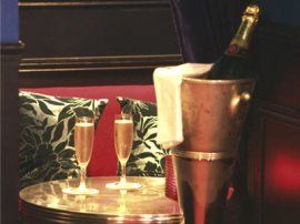 flûte l'etoile, un bar à dégustation uniquement dédié au champagne. photos