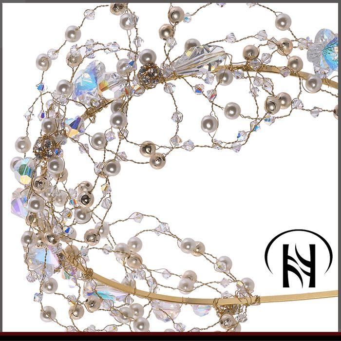 عزيزتي لكي هذا التاج المرصع باللؤلؤ الأبيض والفصوص الأبيض واللبني مع الخرز والألماظ تشكيلة غاية في الروعة تنبع من زوق رقيق يج Charm Bracelet Bracelets Jewelry