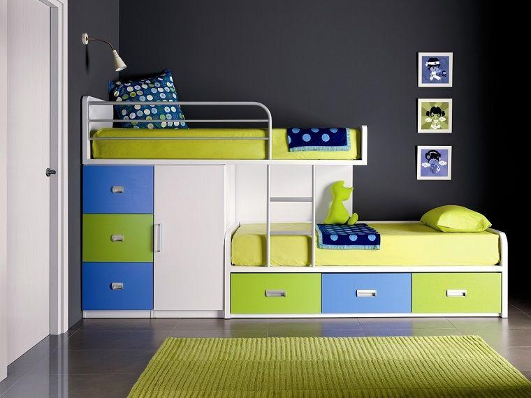 letto a castello blu e verde accostato ad una parete nera ...