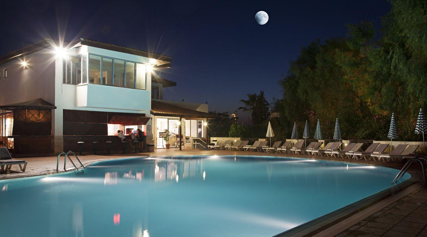 Heller Swimmingpool Beleuchtet Die Ideen Die Sauberen Und Schonen Pool Darstellen Home Dekoration Ideas Riviera Pool Swimmingpool Pool Beleuchtung