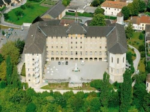 Maison Saint Anthelme Belley Set in a 1.2 hectares garden, Maison Saint Anthelme is located in Belley, 300 meters from the town centre. It offers 2 restaurants with a terrace.  Each room at Maison Saint Anthelme has simple décor.
