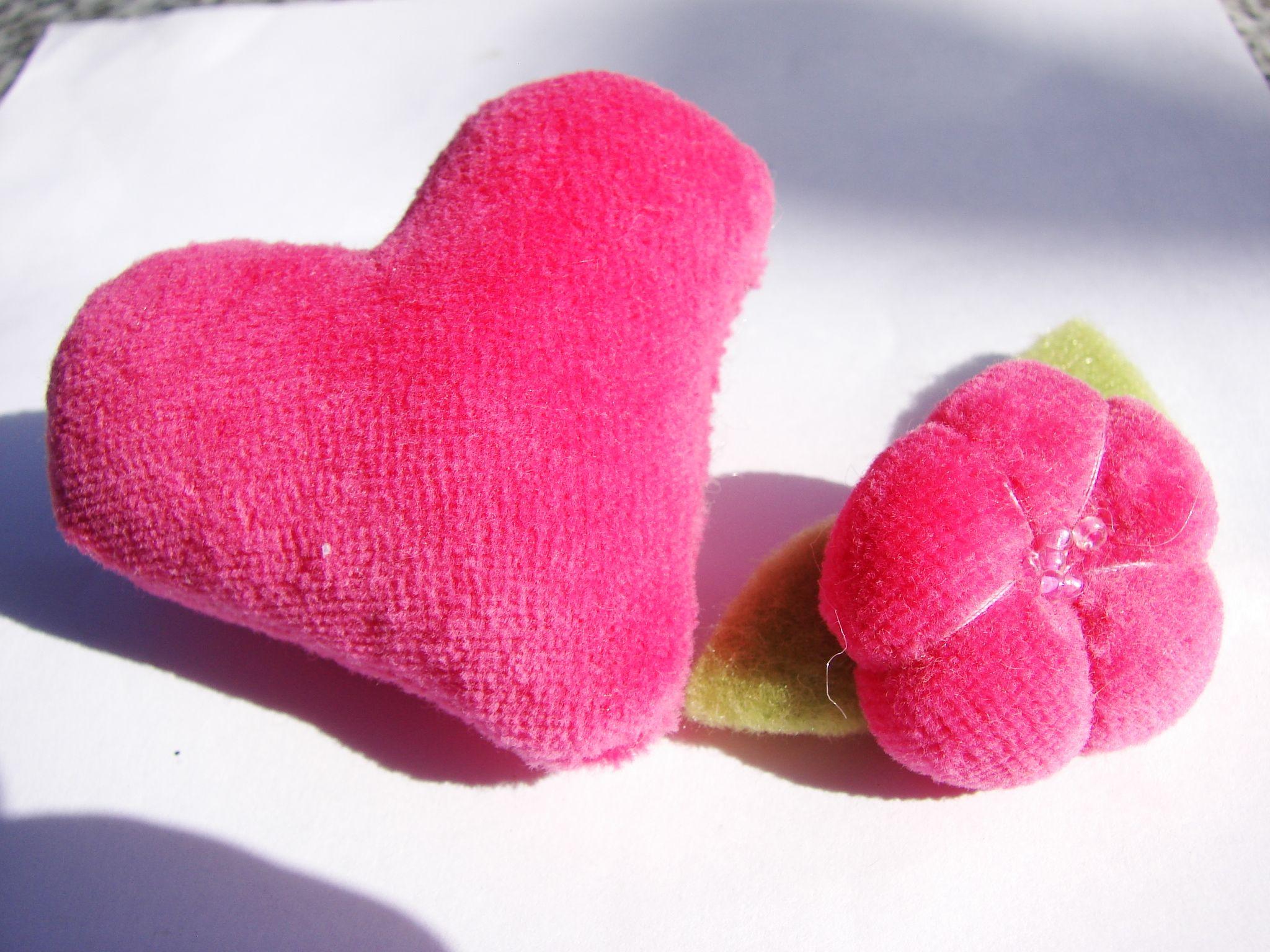 corazon y flor prendedor.-