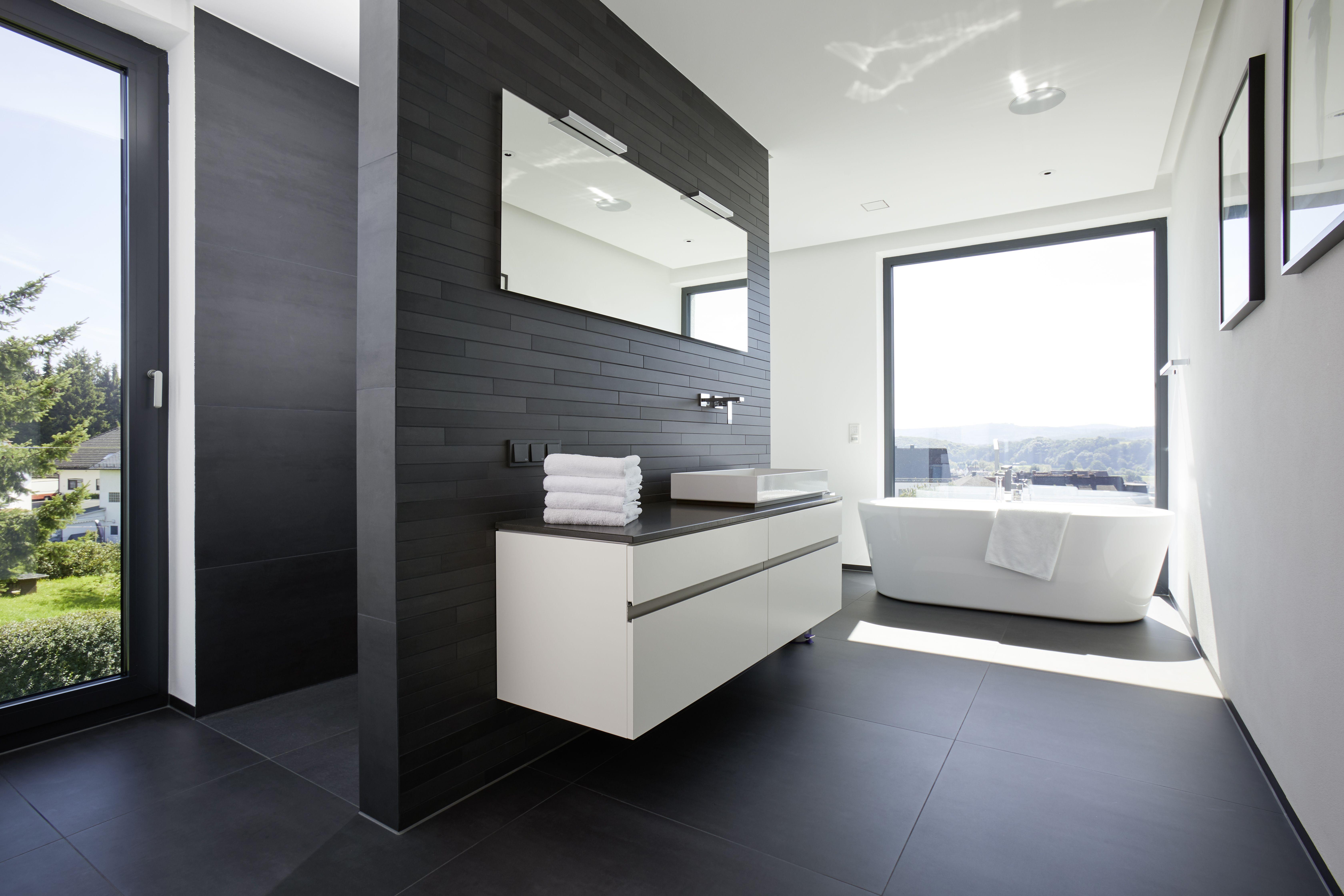 Grosses Badezimmer Mit Freistehender Badewanne Bodentiefes Fenster Und Fliesen In Anthrazit Ebenerdige Dusche Mit In 2020 Badezimmer Inspiration Badezimmer Badewanne