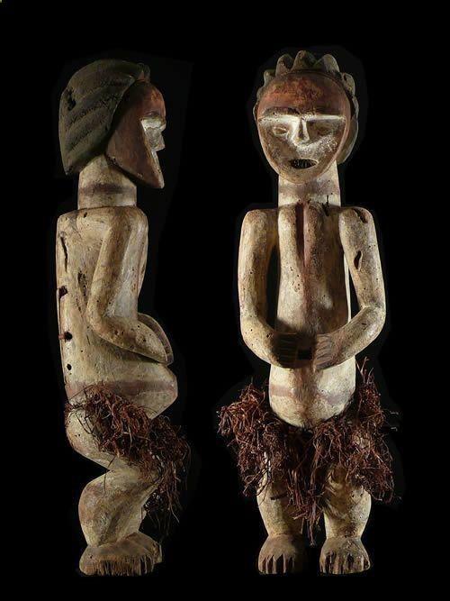 Estatua de relicario - Mbete / Ambete - Gabón - Relicario africano El Mbété de la cuenca superior del Ogooué y sus afluentes han elaborado estatuas excavadas usadas como relicarios. Estas representaciones contenían los huesos de los líderes fallecidos. Las encuestas realizadas en 1920-1930 años entre el centro Mbete , informaron de un culto importante de reliquias, la Ngoye , una empresa privada jefes de asociación que atribuyen poderes sobrenaturales a ciertos huesos.